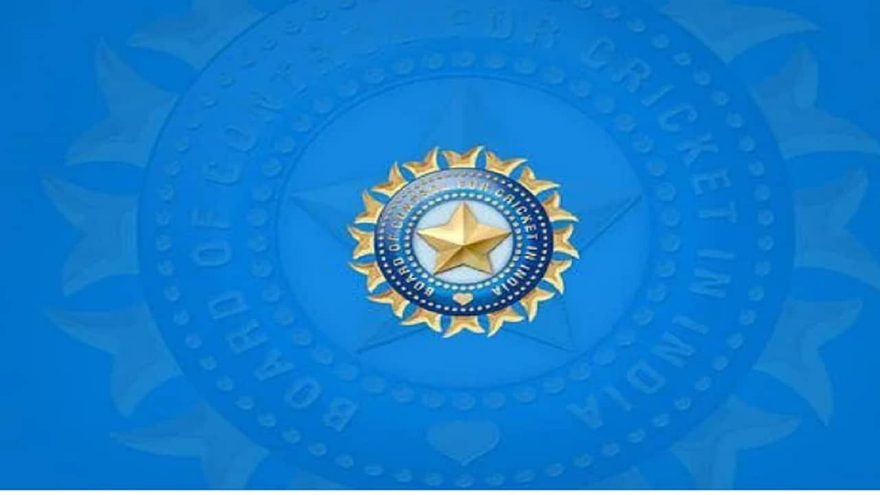 भारतीय क्रिकेट बोर्डाने (BCCI) सोमवारी (20 सप्टेंबर) एका व्हिडीओ कॉन्फ्रन्सद्वारे 9वी एपेक्स काउंसिल बैठक घेतली. यावेळी अनेक महत्त्वाचे निर्णय़ घेत आगामी क्रिकेट सामन्यांचे वेळापत्रकही जाहीर केले. नव्या काही नियमांमुळे अगदी अंडर 16 पासून ते वरिष्ठ स्तरावरील 2000 क्रिकेटपटूंना याचा फायदा होणार आहे. तर या बैठकीत घेण्यात आलेले नेमके निर्णय काय जाणून घेऊ...