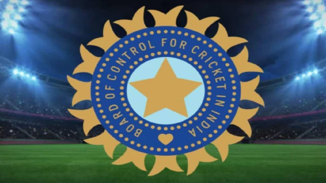 स्थानिक क्रिकेट स्पर्धांचे वेळापत्रक बीसीसीआयने जाहीर केले असले तरी अंडर-16 टूर्नामेंट खेळवण्याबाबत अजून ठोस निर्णय झालेला नाही. याचे कारण कोरोना प्रतिबंधक लस अजूनही 18 वर्षाखालील नागरिकांना उपलब्ध नसल्याने खेळाडूंच्या प्रकृतीची काळजी घेता ही स्पर्धा होण्यालर प्रश्नचिन्ह निर्माण झालं आहे. पण अंडर 19 स्पर्धानंतर याबबात लगेचच निर्णय़ घेणार असल्याचं यावेळी सांगितलं गेलं आहे.