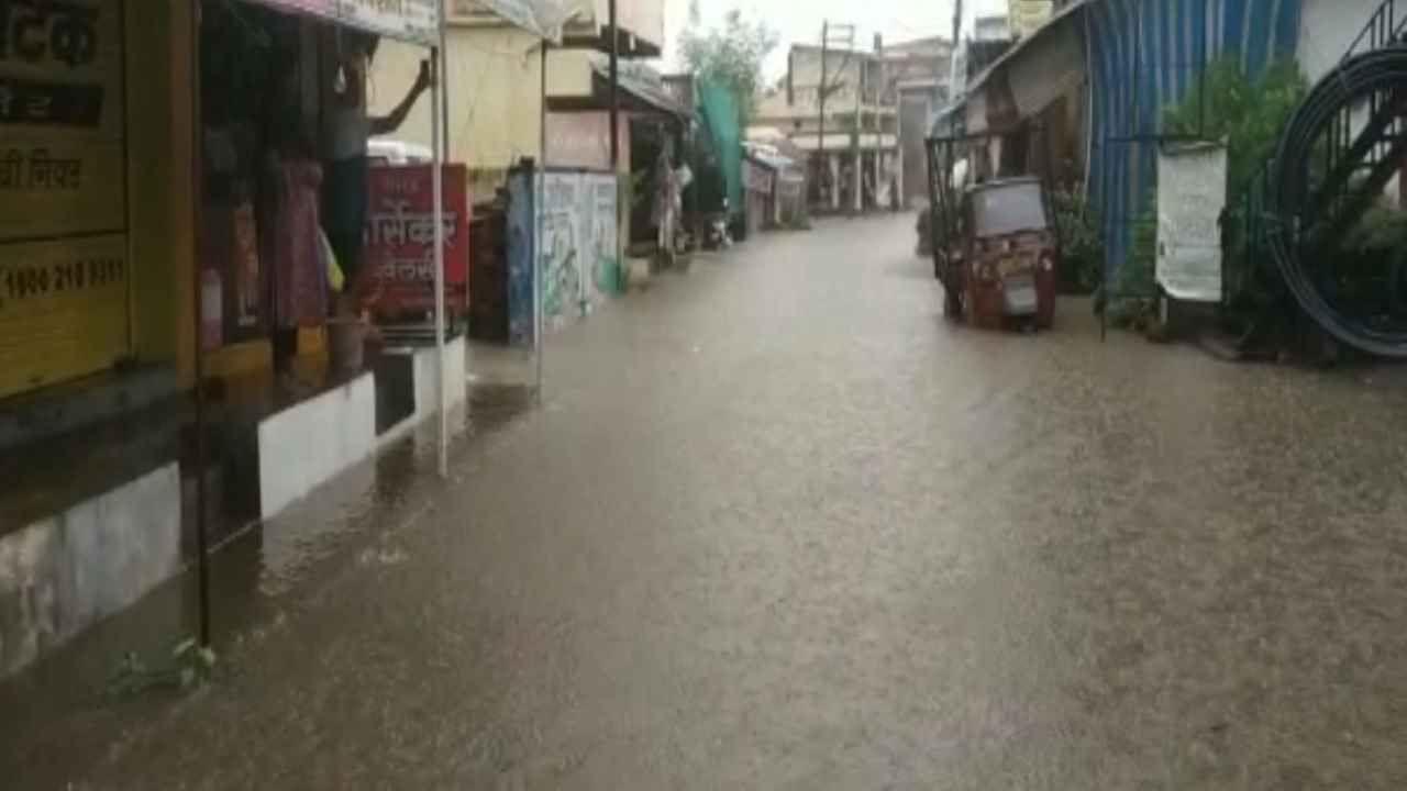 हवामान विभागाने चार दिवस सतत पाऊस पडणार असल्याचे अंदाज वर्तवला असताना आज सलग दुसऱ्या दिवशी भंडारा जिल्ह्यात पावसाने हजेरी लावली आहे.