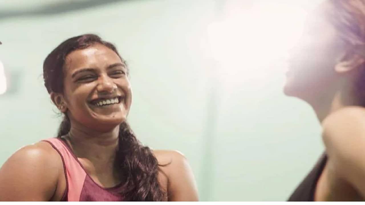 भारताचे प्रसिद्ध बॅडमिंटनपटू प्रकाश पादुकोण यांची मुलगी प्रसिद्ध अभिनेत्री दीपिका पादुकोण (Deepika Padukone) हीला बॅडमिंटनमध्ये रस असल्याचं साऱ्यानाच माहित आहे. दरम्यान तिने नुकत्याच शेअर केलेल्या एका पोस्टमध्ये ती भारताची आघाडीची बॅडमिंटनपटू पी व्ही सिंधू (PV Sindhu) हिच्यासोबत बॅडमिंटन खेळताना दिसत आहे.