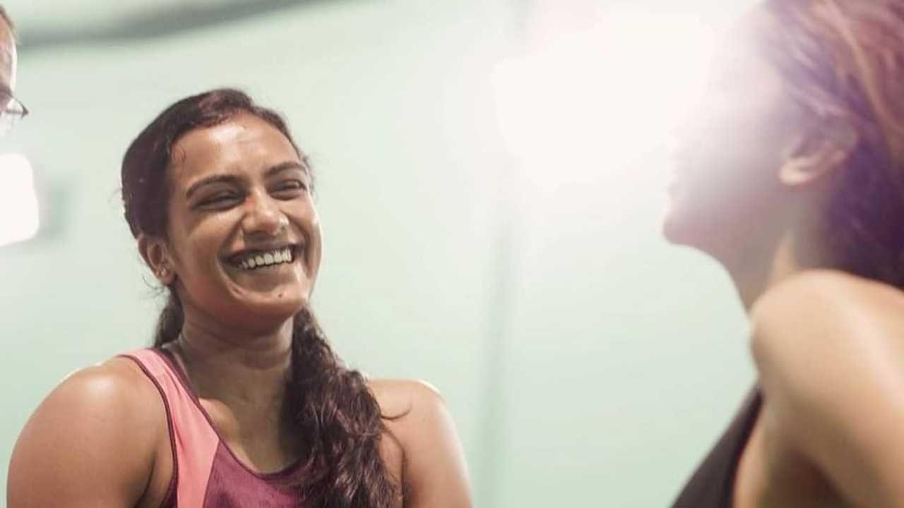 दीपिका पदुकोणने नुकतंच तिच्या सोशल मीडियावर एक पोस्ट शेअर केली आहे, ज्यात ती ऑलिम्पिक विजेती पीव्ही सिंधूसोबत दिसत आहे.