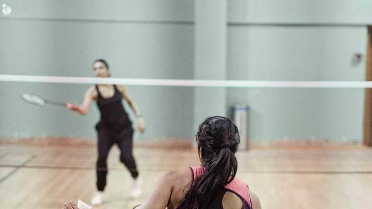सध्या दीपिका ऑलिम्पिक विजेती पीव्ही सिंधू बरोबर बॅडमिंटन खेळून तिच्या कॅलरीज बर्न करत आहे.