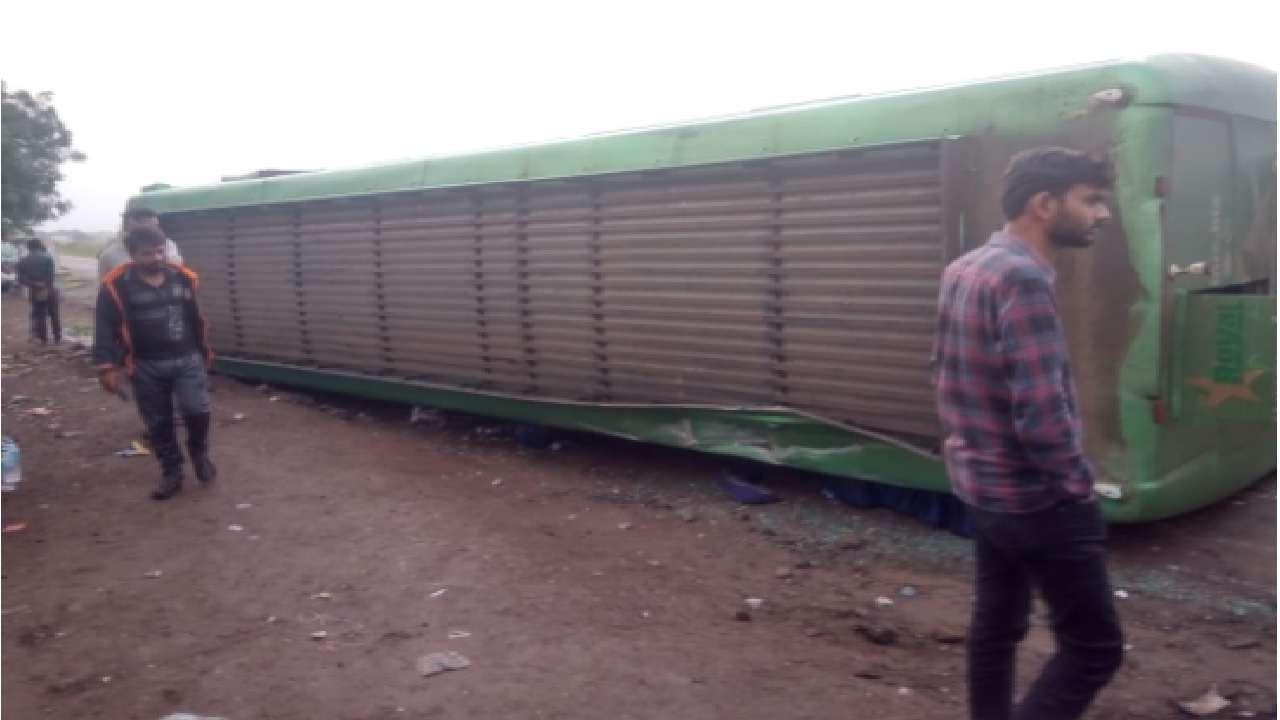 औरंगाबाद जिल्ह्यातील शिऊर-कन्नड रोडवर ट्रॅव्हल्स बसला अपघात झाला. शिउर बांगला परिसरातील वळणावर वळताना बस उलटली