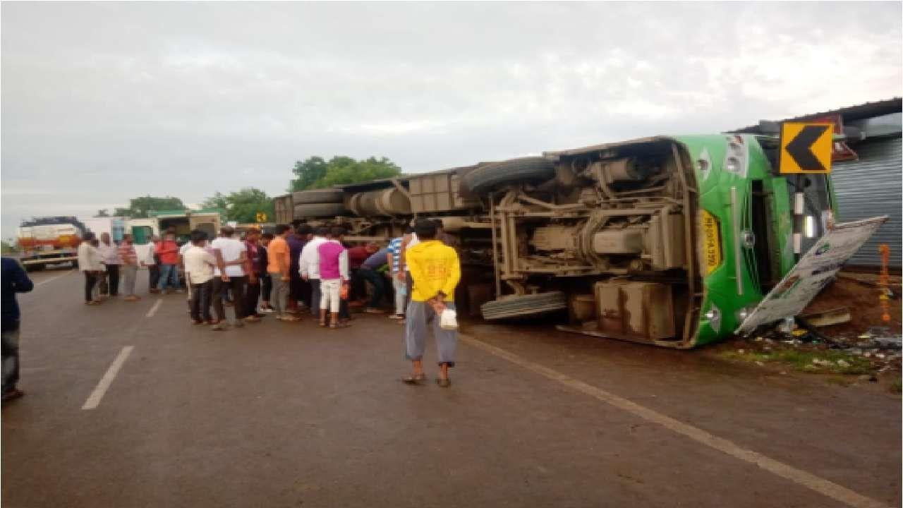 औरंगाबादमध्ये महामार्गावर बसला भीषण अपघात झाल्याची घटना समोर आली आहे. या अपघातानंतर बस रस्त्यावरच उलटली.