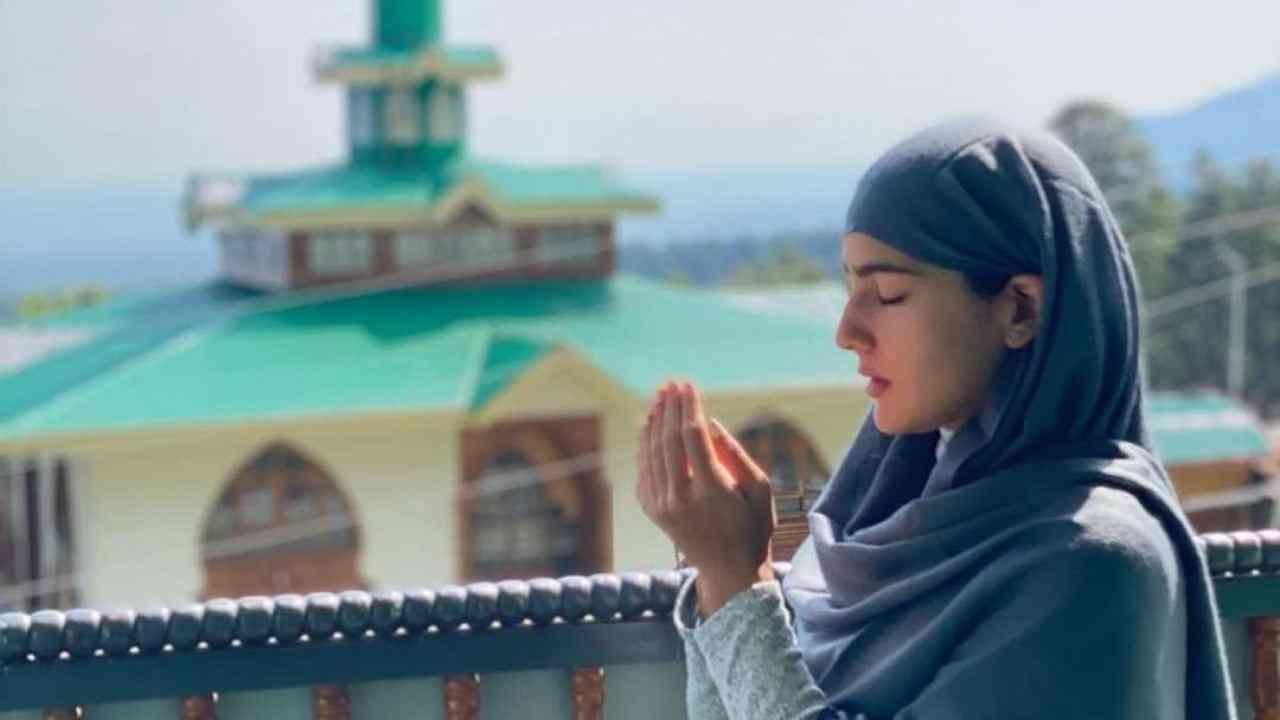 अभिनेत्री सारा अली खान तिच्या चाहत्यांच्या मनावर राज्य करते. सारा जितकी सुंदर अभिनेत्री आहे तितकीच ती अभिनयातही आहे. नुकतंच सारानं चाहत्यांसाठी खास फोटो शेअर केले आहेत.