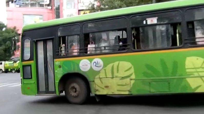 पण बसमध्ये प्रवास करताना कोरोना संदर्भाततले सगळे नियम धाब्यावर बसवले जात असल्याच चित्र आहे.