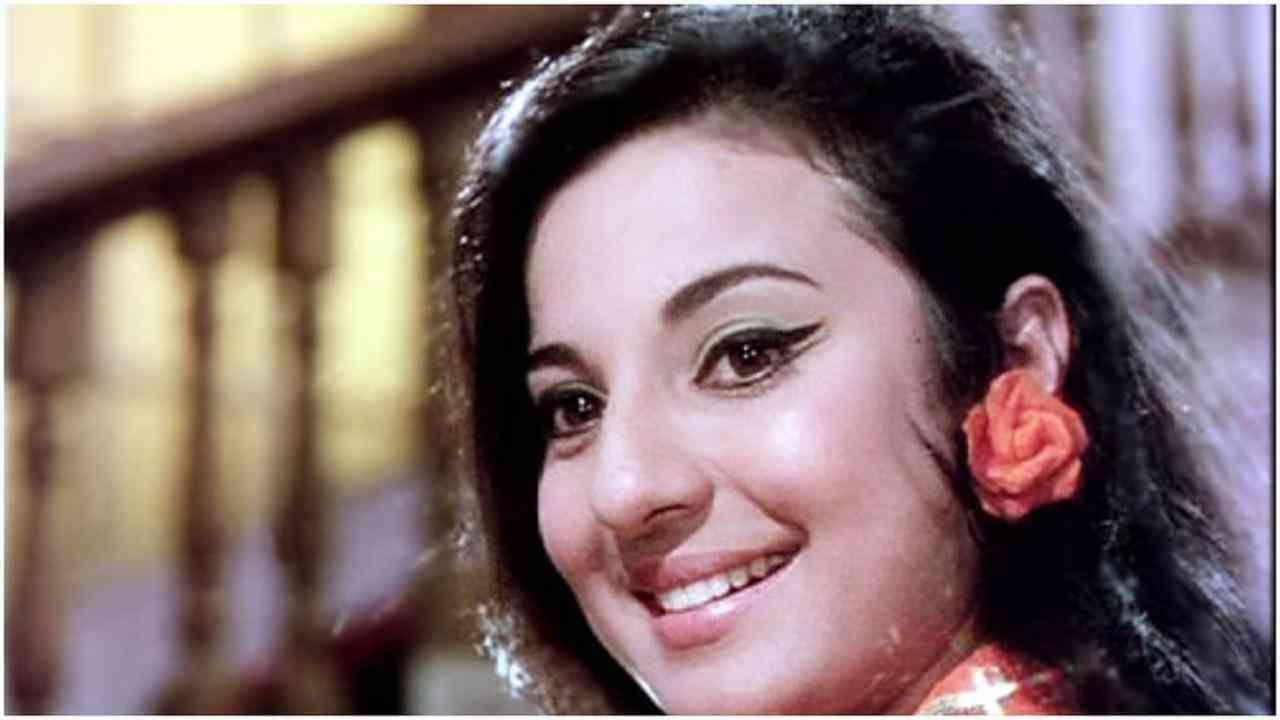 1967 साली 'ज्वेल थीफ' या चित्रपटात तनुजा यांच्या सोबत देव आनंद मुख्य भूमिकेत होते ज्यात तनुजा यांनी ज्वेलरच्या मुलीची भूमिका साकारली होती. तनुजा या चित्रपटातील 'रात अकेली है' या गाण्यातही दिसली जे गाणं खूप लोकप्रिय झालं होतं.
