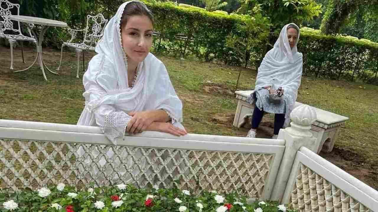 सोहा अली खानने इन्स्टाग्रामवर शेअर केलेल्या फोटोंमध्ये तिची मुलगी इनाया नौमी खेमू आणि आई शर्मिला टागोरही तिच्यासोबत दिसल्या आहेत.