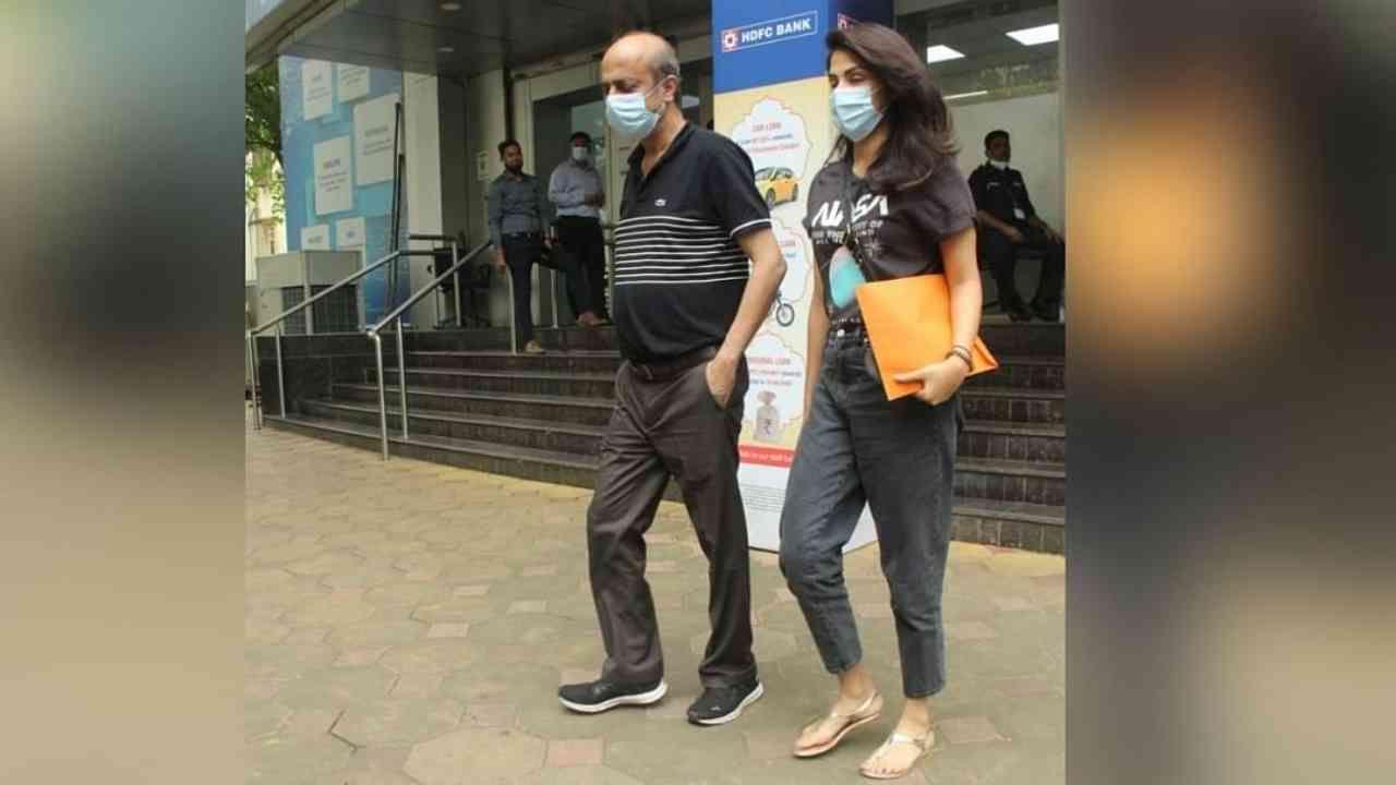 रिया चक्रवर्ती तिचे वडील इंद्रजित चक्रवर्ती यांच्यासह मुंबईच्या वांद्रे भागात बँकेच्या बाहेर दिसले. बँक कामातून ही अभिनेत्री येथे पोहोचली होती.