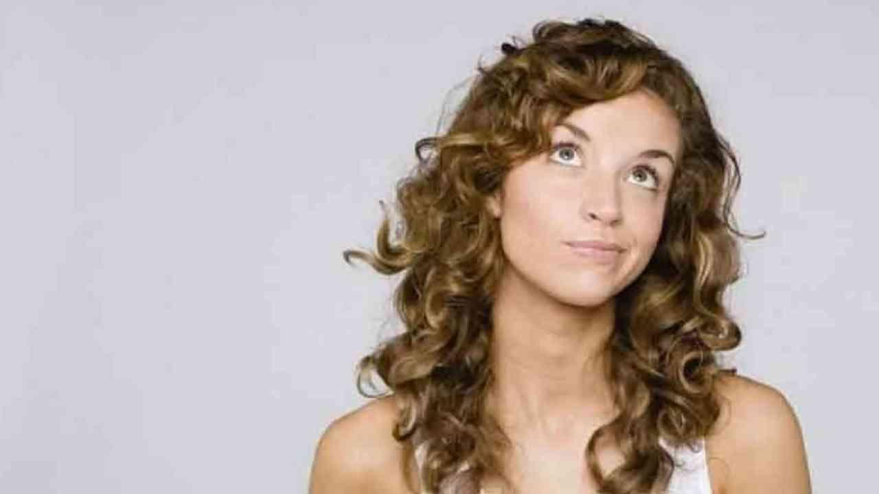 जर तुमचा चेहरा उभा असेल तर तुम्हाला कुरळे केस चांगले दिसतील. कुरळ्या केसांसाठी लेयर हेअरकट चांगला आहे.