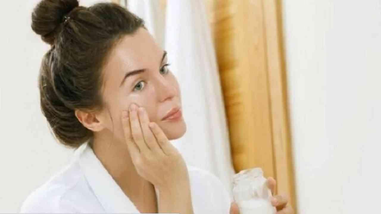 एका भांड्यात ताजे दही एक चमचा घ्या. त्यात ताजे लिंबाचे काही थेंब घाला आणि एकत्र करा. हे मिश्रण चेहऱ्यावर आणि मानेवर मसाज करा. काही मिनिटांसाठी मसाज करत रहा आणि त्यानंतर ते 10-15 मिनिटे त्वचेवर सोडा. स्वच्छ पाण्याने धुवा आणि आठवड्यातून दोन किंवा तीन वेळा वापरा.