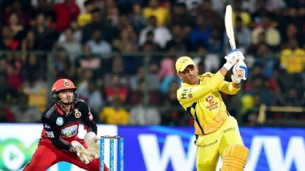 भारतीय क्रिकेट संघाचा सर्वात यशस्वी कर्णधारल असणाऱ्या महेद्र सिंह धोनीने (MS Dhoni) 15 ऑगस्ट, 2021 रोजी आंतरराष्ट्रीय क्रिकेटमधून निवृत्ती घेतली. त्यानंतर सध्या तो आयपीएलमध्ये केवळ खेळत आहे. पण आयपीएलमध्येही त्याला मोठा स्कोर उभा करता आलेला नाही. दरम्यान आज हा दुष्काळ संपवून धोनी एक मोठा स्कोर करु शकतोय याचे कारण आज सीएसकेचा सामना असणारा संघ आरसीबी विरुद्ध धोनीचा आतापर्यंतचा रेकॉर्ड दमदार आहे.