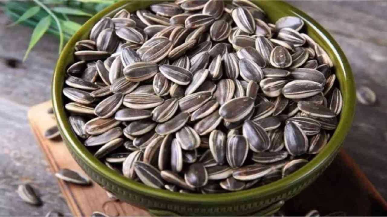 सूर्यफूलाच्या बिया - या लहान बियांमध्ये व्हिटॅमिन ई भरपूर प्रमाणात असते. सूर्यफूलाच्या बिया भाजून आपण खाल्ल्या पाहिजेत. दररोज एक मूठभर तरी सूर्यफूलाच्या बिया खा.