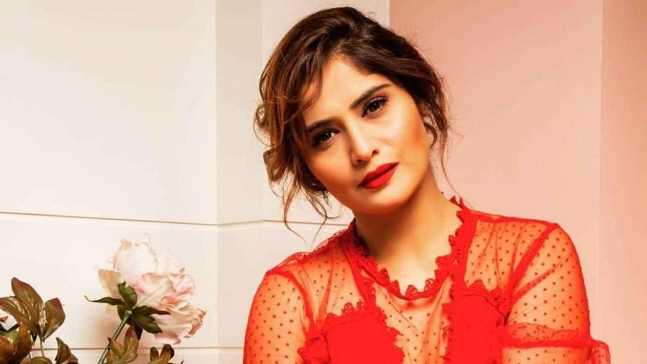 या कार्यक्रमात आरती खूप सुंदर दिसत होती. तिने लाल रंगाचा ड्रेस परिधान केला होता. ज्यात ती खूप सुंदर दिसत होती.