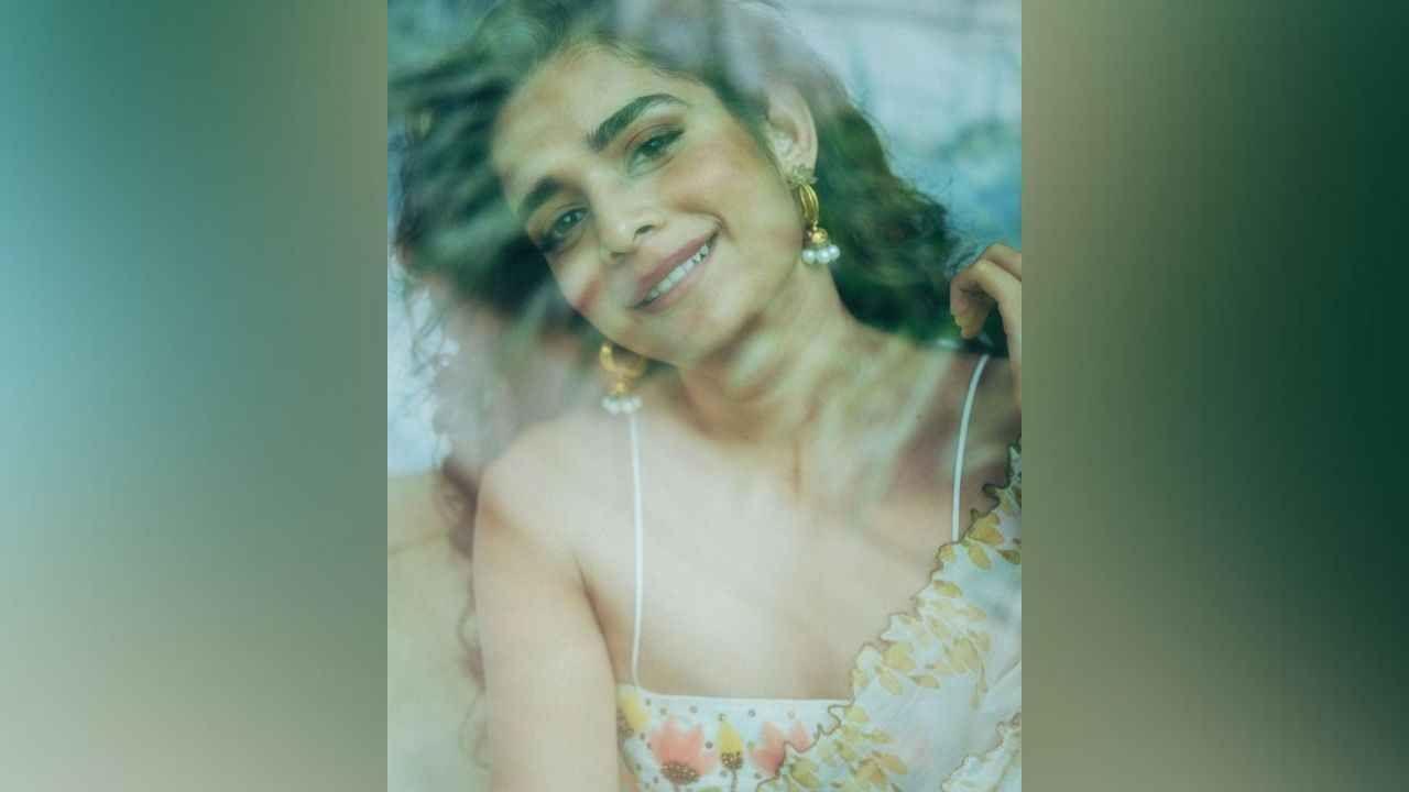 आता मिथिलानं सुंदर ड्रेसमधील हटके फोटो तिच्या इन्स्टाग्राम अकाऊंटवर शेअर केले आहेत. या फोटोंमध्ये ती कमालीची सुंदर दिसते आहे. तिचे हे फोटो चाहत्यांच्या पसंतीस उतरत आहेत.