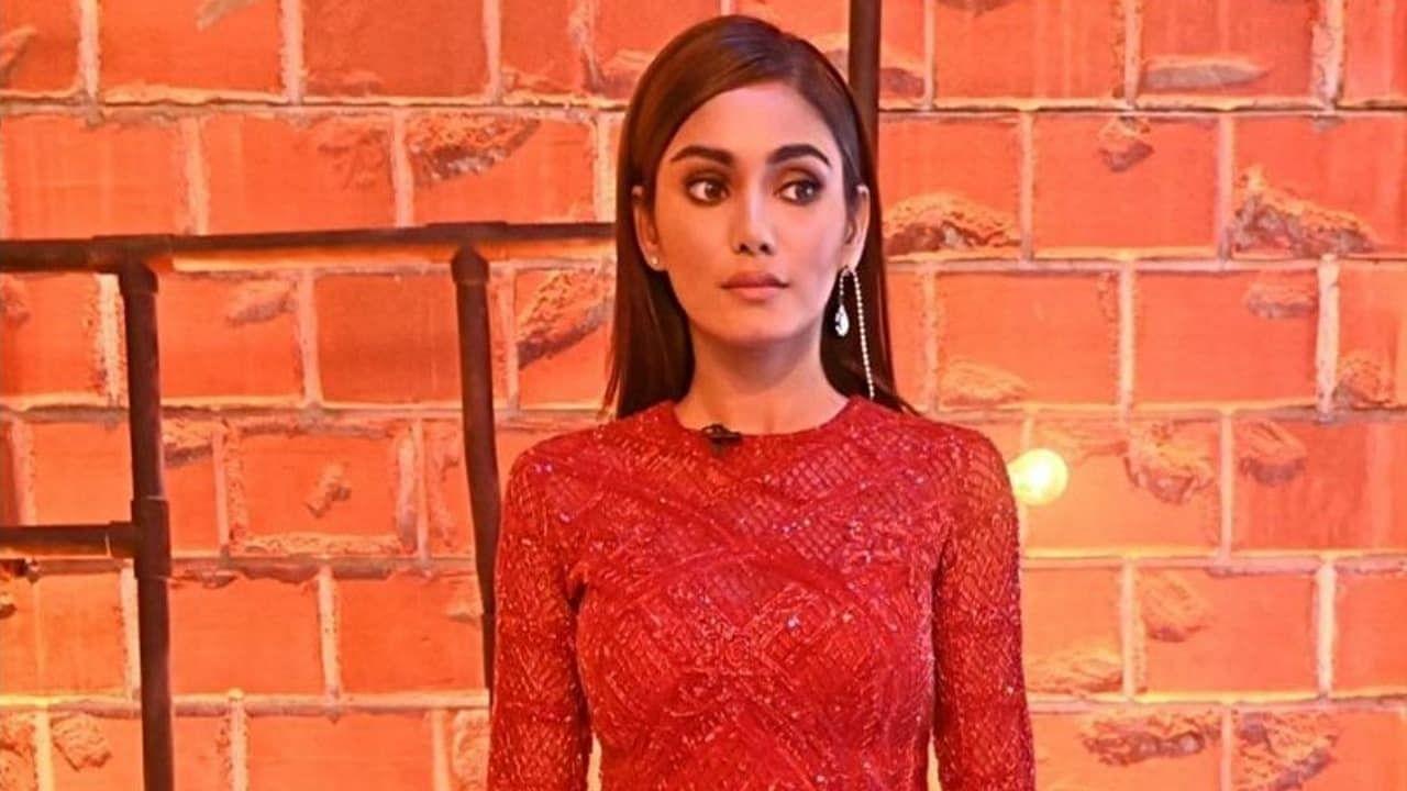 सनाने आता लाल रंगाच्या शॉर्ट ड्रेसमध्ये तिचे फोटो शेअर केले आहेत. हे फोटो सोशल मीडियावर प्रचंड व्हायरल होत आहेत.