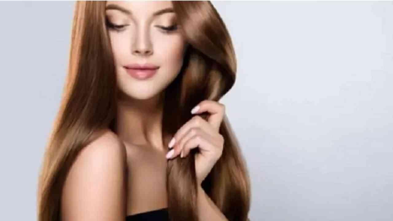 थोडे खोबरेल तेल घ्या आणि ते आपल्या हातांवर घ्या. हे सर्व टाळूवर मालिश करा आणि केसांना देखील लावा. आपले केस शॉवर कॅपने झाकून ठेवा आणि रात्रभर सोडा. दुसऱ्या दिवशी सकाळी केस धुवा. आपण ही प्रक्रिया आठवड्यातून 2-3 वेळा पुन्हा करू शकता. यामुळे केस गळतीची समस्या दूर होते.