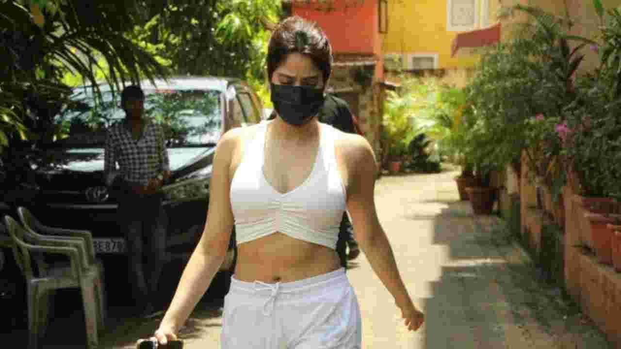 आज जान्हवी मुंबईत वर्कआउटनंतर स्पॉट झाली. तिचो फोटो सोशल मीडियावर व्हायरल होत आहेत. तिचा लूक चाहत्यांना खूप आवडत आहे.