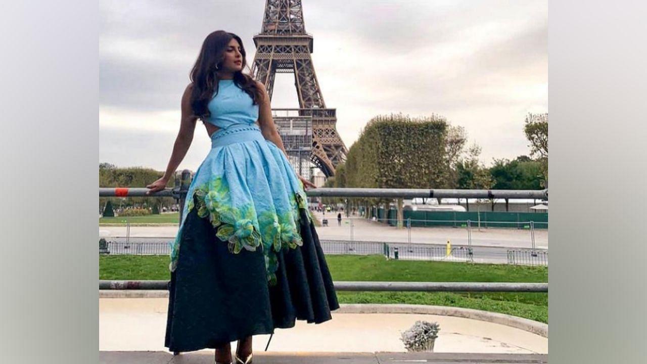 याशिवाय, प्रियांकाने पॅरिसमधील प्रसिद्ध आयफेल टॉवरसमोरही तिचं फोटोशूट केलं.