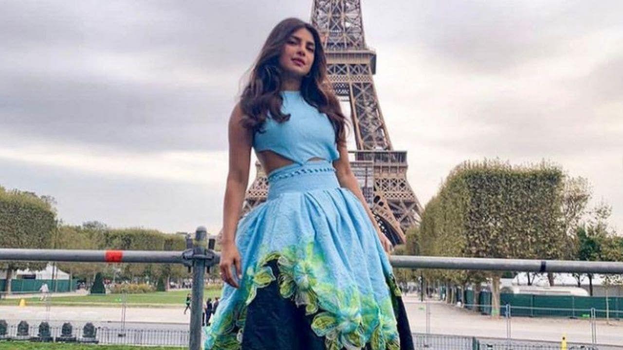 प्रियांकाने निळ्या रंगाच्या ड्रेससह गोल्डन स्टिलेटोस परिधान केले होते. सोबतच तिनं अतिशय मोहक ज्वेलरी कॅरी केली होती, ज्यामुळे ती खूप सुंदर दिसत होती.