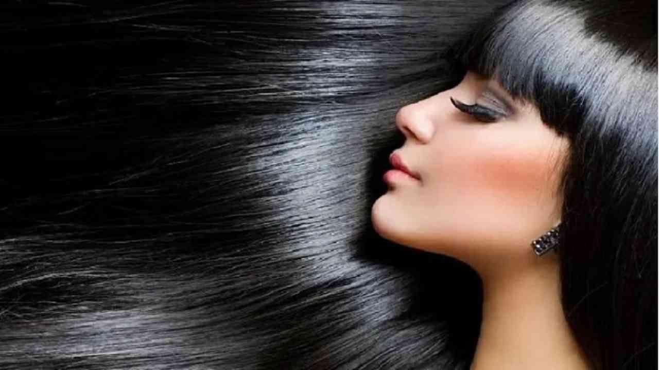 केस मजबूत आणि जाड ठेवण्यासाठी आवळा आणि नारळाचे तेल वापरले जाते. आवळा व्हिटॅमिन सी समृद्ध आहे. जे केसांना पोषण ठेवण्यास मदत करते. यासाठी तुम्हाला सुमारे एक तास आधी दोन आवळा सुकवावा लागेल आणि त्यात 5 चमचे नारळाचे तेल घालावे लागेल. या दोन गोष्टी नीट मिसळा आणि एका भांड्यात हलके गरम करा. त्यानंतर हे तेल आपल्या केसांना लावा. यामुळे केस गळतीची समस्या कमी होईल.