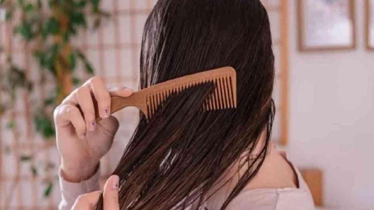 केसांची समस्या दूर करण्यासाठी हे तेल वापरले जाऊ शकते. केस गळण्यापासून मुक्त होण्यासाठी कांद्याचा रस वापरता येतो. लॅव्हेंडर तेलामध्ये बॅक्टेरियाच्या वाढीस प्रतिबंध करणारा पदार्थ आणि साफ करणारे गुणधर्म आहेत. यामुळे केसांमधील कोंडा दूर होतो.