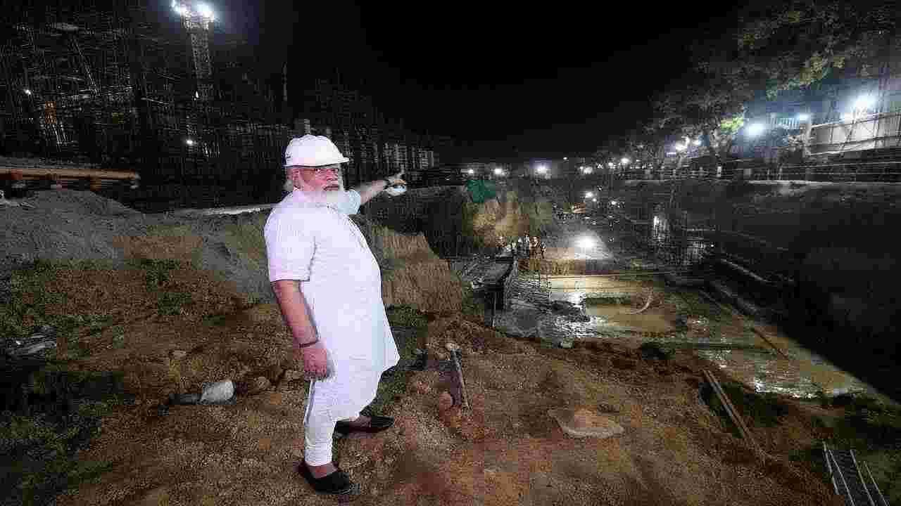 इंडिया गेटच्या आसपास बांधण्यात येणाऱ्या सेंट्रल व्हिस्टा प्रकल्पाचा आढावा घेण्यासाठी पंतप्रधान नरेंद्र मोदी स्वतः रविवारी संध्याकाळी त्या ठिकाणी पोहोचले.