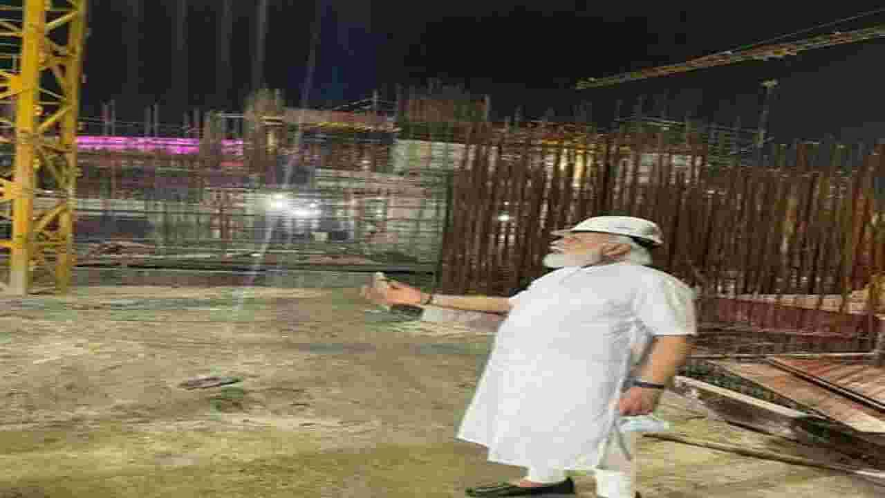 पंतप्रधान नरेंद्र मोदी यांनी नवीन संसद भवनाच्या बांधकाम स्थळाला भेट दिली, जे पुढील वर्षाच्या दुसऱ्या सहामाहीत पूर्ण होण्याची अपेक्षा आहे.