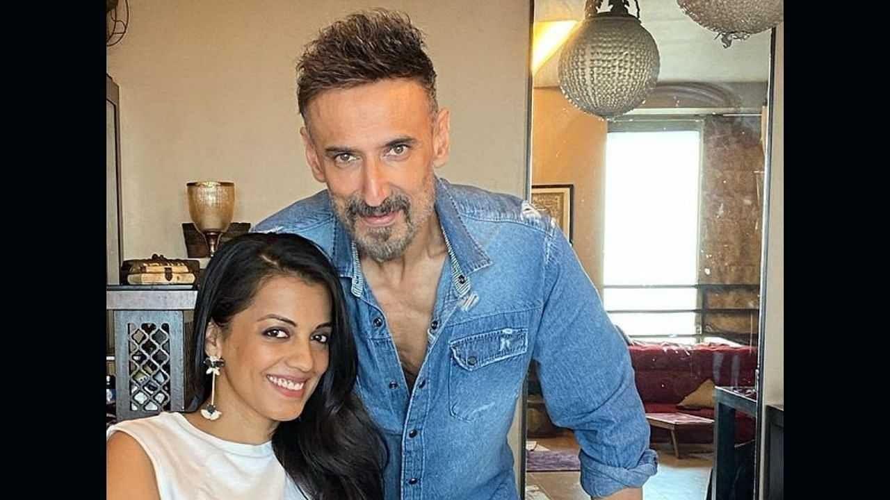 गेल्या काही वर्षांपासून राहुल 18 वर्षांनी लहान असलेली अभिनेत्री मुग्धा गोडसेला डेट करत आहे. हे जोडपं सोशल मीडियावर एकमेकांचे भरपूर फोटो शेअर करतात. मीडिया रिपोर्टनुसार, तो तिच्यासोबत लिव्ह-इनमध्येही राहतो.