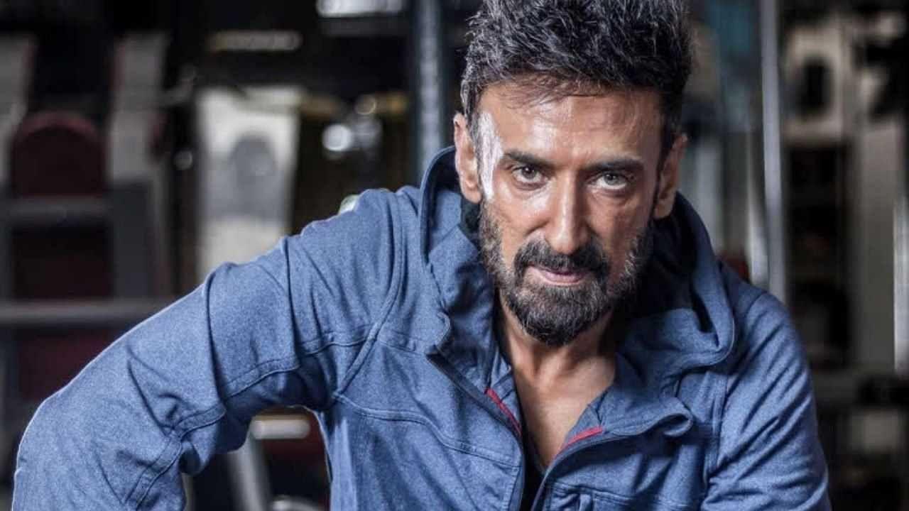 बॉलिवूडचा सुप्रसिद्ध खलनायक आणि मॉडेल राहुल देव आज आपला 53 वा वाढदिवस साजरा करत आहे. त्याचा जन्म 27 सप्टेंबर 1968 रोजी दिल्लीत झाला होता. अभिनेत्याबरोबरच राहुल हे एक मोठा मॉडेलही राहिला आहे. 2000 मध्ये रिलीज झालेल्या सनी देओलच्या 'चॅम्पियन' या चित्रपटाने त्याने बॉलिवूडमध्ये दमदार पदार्पण केलं. तो अनेकदा त्याच्या मजबूत आणि हॉट बॉडीबद्दल चर्चेत असतात. त्याच्या काही खास फोटोसह त्याचं आयुष्य अधिक जवळून जाणून घेऊयात.