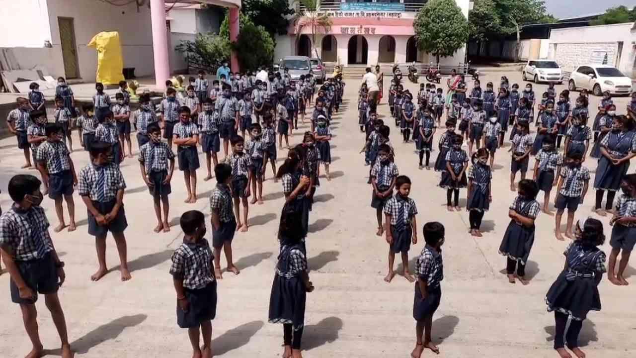 हिवरेबाजारने गाव कोरोनामुक्त करून १५ जूनपासून शाळा नियमित सुरू करण्याचे धाडस केले होतेय. त्याला यशस्वी शंभर दिवस पूर्ण झाल्याने गावात समाधान व्यक्त केले जाताय.