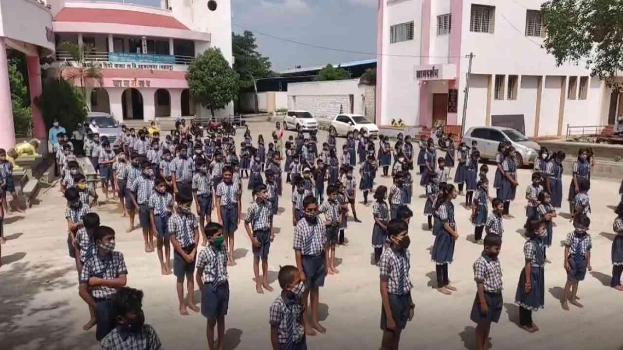 हिवरेबाजार प्राथमिक शाळा पहिली ते सातवी आणि यशवंत माध्यमिक विद्यालय  8 वी ते 10 वी चे 15 जूनला वर्ग सुरु झाल्याचे 100 दिवस पूर्ण झाले. भारतीय स्वातंत्र्याचा अमृतमहोत्सव आणि कोरोना नंतर शाळा सुरु होऊन 100 दिवस पूर्ण झाल्याचा आनंदोत्सव साजरा करत आहोत, असं हिवरेबाजारचे सरपंच पोपटराव पवार म्हणाले.