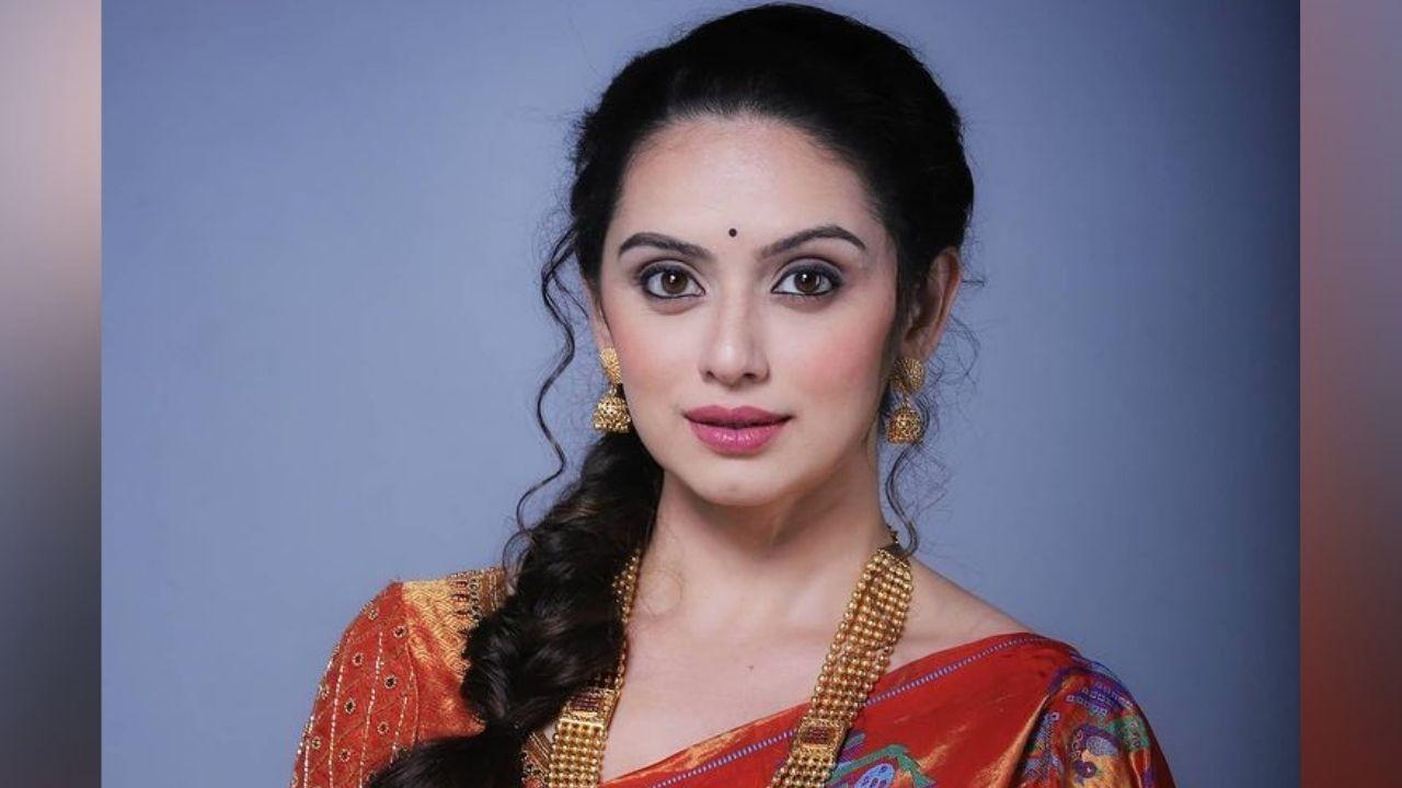 अभिनय आणि सौंदर्य यांचा सुंदर मिलाफ असलेली ही मराठमोळी अभिनेत्री सध्या सोशल मीडियावर नवनवीन फोटो आणि व्हिडीओ शेअर करतेय.
