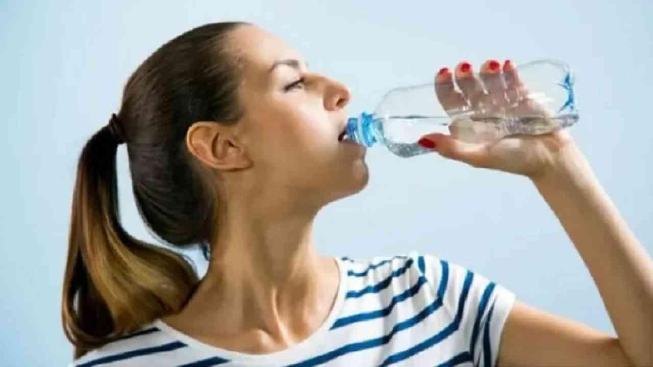 अनेकांना बद्धकोष्ठता सारख्या समस्येला सामोरं जावं लागतं. मात्र, पाणी पिणं हा त्यावरील चांगला उपाय आहे. सकाळी झोपेतून उठल्यावर उपाशीपोटी तीन ग्लास पाणी प्यावं. काही आठवड्यांनी त्याचा परिणाम तुम्हाला जाणवेल.