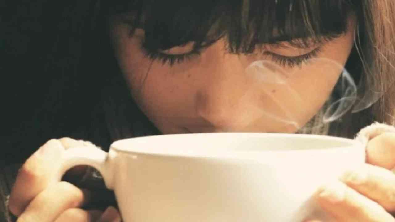 सकाळी लवकर उठून पाणी पिल्याने मासिक पाळी, लघवी, घसा आणि मूत्रपिंडाशी संबंधित आजार दूर होतात. यामुळे दररोज सकाळी उठून दोन-तीन ग्लास पाणी प्यावे.