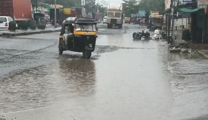 येवल्यामध्ये भर दुपारी झालेल्या पावसाने शहरात अनेक ठिकाणी पाणी तुंबले. रस्त्यावर अक्षरशः तळे साचले होते. त्यामुळे वाहनधारकांना त्रास सहन करावा लागला.