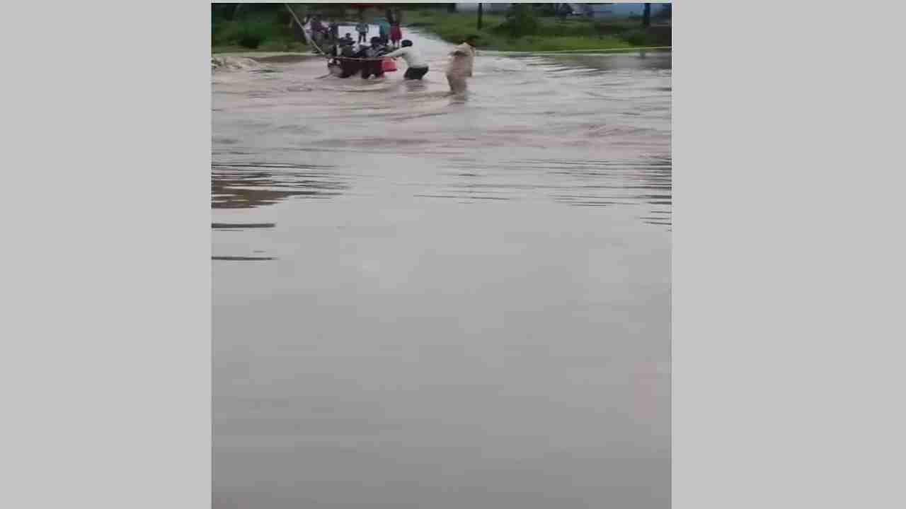 सोमवारी रात्री झालेल्या मुसळधार पावसामुळे अंजना नदीला आलेल्या पुरामुळे पिशोर येथील रामेश्वर वस्तीवर जाण्यासाठी जीवघेणा प्रवास करावा लागत आहे. नदीवर एक दोरखंड बांधण्यात आला आहे. त्या दोर खंडास पकडून शेतकऱ्यांना ये-जा करावी लागत आहे.  आज सकाळी दोरखंड पकडलेले असताना एक जण वाहून जात होता. मात्र आजूबाजूच्या नागरिकांनी त्याला वाचवले. त्याामुळे मोठी दुर्घटना टळली.