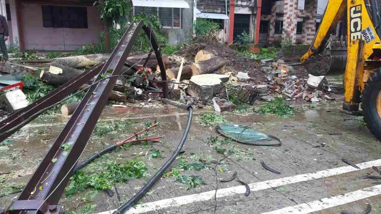 सोमवारच्या पावसामुळे शहरातील विविध भागातील वीजेच्या खांबांना फटका बसला. वादळी वाऱ्यासह पावसामुळे काही ठिकाणचे वीजीचे खांब कोसळले. तर अनेक ठिकाणी वीजेच्या तारा रस्त्यावर येऊन लोंबकळू लागल्या.