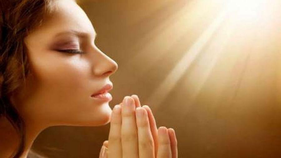 सकाळची सुरुवात नेहमी देवाच्या नावाने करावी. झोपेतून जागे होताच मनात देवाचे स्मरण करा, जेणेकरुन तुमचा दिवस सकारात्मकतेने सुरु होईल.