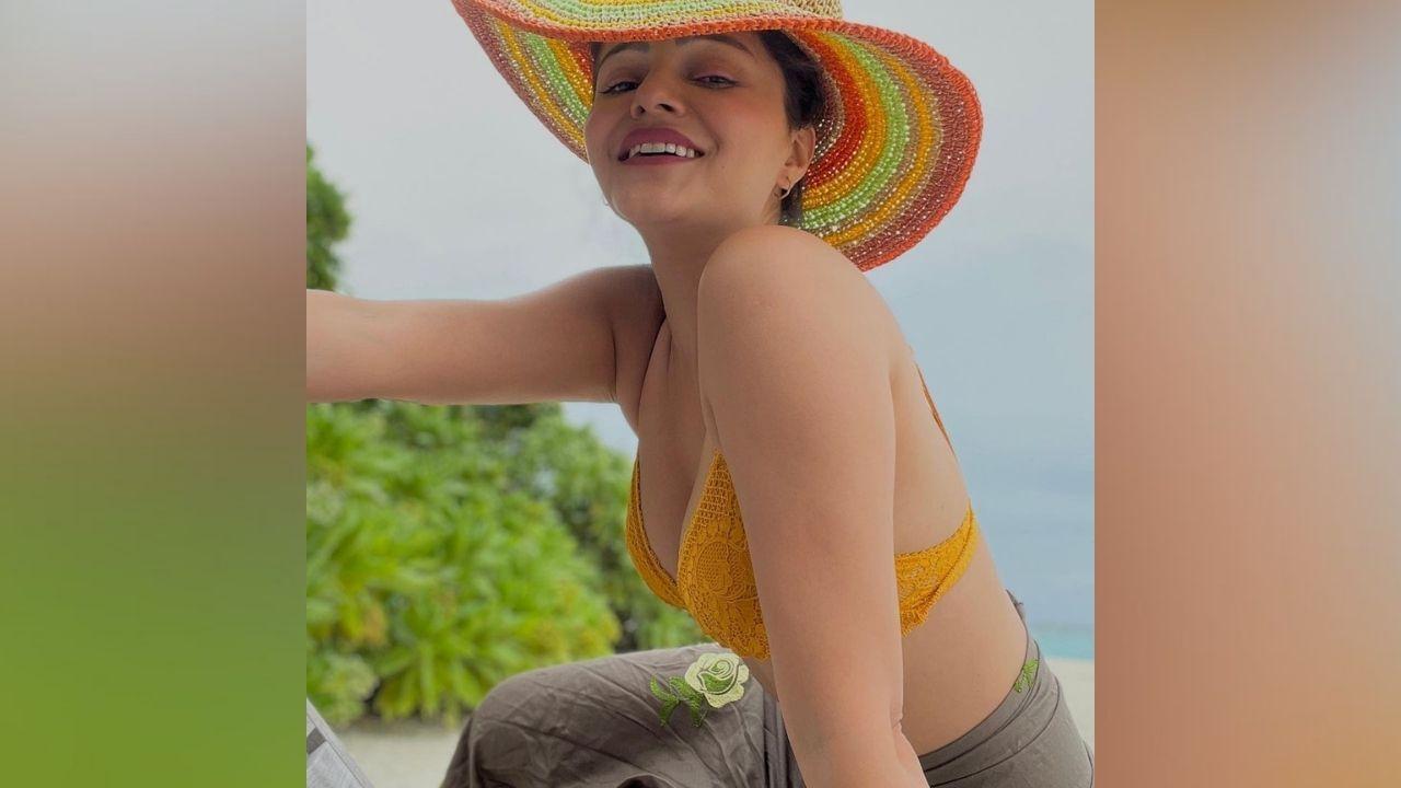 या फोटोंमध्ये रुबीना पिवळ्या रंगाची बिकिनी परिधान करून दिसत आहे. क्रॉशेट वर्क असलेली तिची बिकिनी तिच्या सौंदर्यात भर घालत आहे.