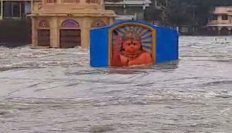 नाशिकमध्ये गोदापात्रातली सर्व मंदिरे पाण्याखाली गेली आहेत. हे पाणी अजून वाढत आहे. त्यामुळे इतर परिसरही जलमय होण्याची शक्यता आहे.
