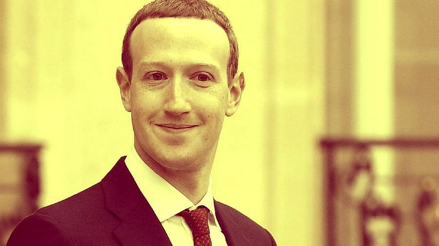 फेसबुकचे सीईओ मार्क झुकेरबर्ग 13,200 अमेरिकन डॉलर (9.90 लाख कोटी रुपये) च्या निव्वळ संपत्तीसह चौथ्या स्थानावर आहेत.