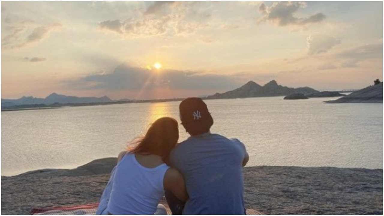 आलियाने रणबीरसोबत सूर्यास्ताचा आनंद घेतानाचा एक फोटो शेअर केला, तो शेअर करत तिने लिहिले, माझ्या आयुष्याला वाढदिवसाच्या शुभेच्छा.