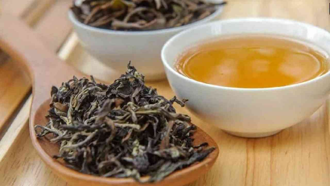पु -एर चहा - हा चहा ऊर्जा वाढवतो. निरोगी हृदयाला प्रोत्साहन देतो. शरीरातील विषारी पदार्थ काढून टाकण्यासाठी हा चहा फायदेशीर आहे. या व्यतिरिक्त, हे वजन कमी करण्यास मदत करते.