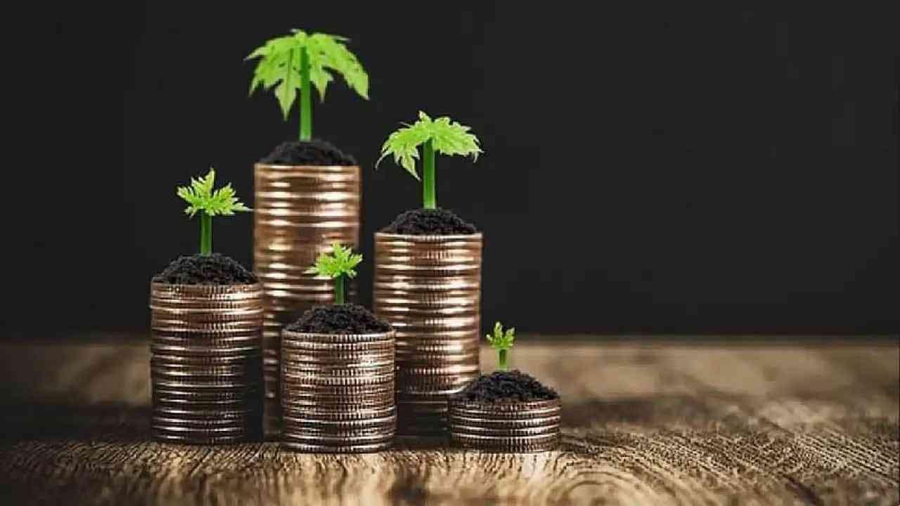 आयडीएफसी फर्स्ट बँक- ही खासगी क्षेत्रातील बँक एका गुंतवणूकदाराला किमान 100 रुपये मासिक ठेवीसह आरडी डिपॉझिट खाते उघडण्याची परवानगी देते. तुम्ही जास्तीत जास्त 75,000 रुपये मासिक जमा करू शकता. हे 6 महिन्यांपासून 10 वर्षांपर्यंतच्या आरडीला 5 ते 6 टक्के व्याजदरांसह परवानगी देत आहे. ज्येष्ठ नागरिकांना अतिरिक्त 50 बीपीएस मिळतील.