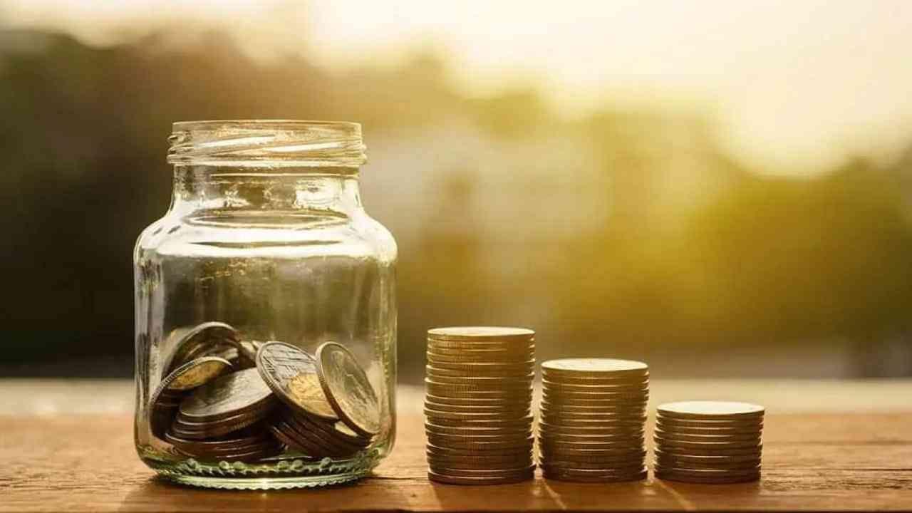 अॅक्सिस बँक- खाजगी क्षेत्रातील मोठी बँक आपल्या खातेदारांना नेट बँकिंगद्वारे ऑनलाईन रिकरिंग डिपॉझिट खाते उघडण्याचा पर्याय देते. आरडी खातेधारकांना 6 महिने ते 10 वर्षांच्या कालावधीसाठी किमान 500 रुपये मासिक जमा करता येतात.