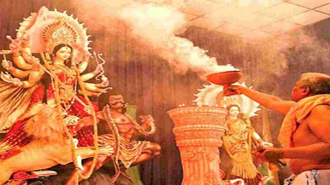 नवरात्रीमध्ये 9 गोष्टींची विशेष काळजी घ्या. नवरात्रीच्या महापर्वाच्या देवीची पूजा अत्यंत नियमाने आणि संयमाने करावी, अन्यथा नफ्याऐवजी नुकसान होऊ शकते. जर तुम्हाला तुमच्या साधनेचे पूर्ण फळ मिळावे असे तुम्हाला वाटत असेल, तर नवरात्रीमध्ये देवीच्या पूजेसाठी आपल्या सोयीप्रमाणे योग्य वेळ, ठिकाण आणि मंत्राचा जप निश्चित करा. शक्तीची साधना करताना, मन, वचन आणि कृतीत पूर्णपणे शुद्ध रहा.