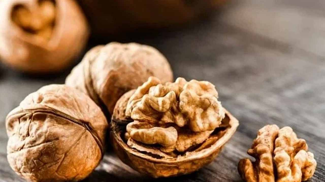 भिजवलेल्या अक्रोडमध्ये ओमेगा -3 फॅटी आम्ल आढळतात, जे शरीरातून खराब कोलेस्टेरॉल कमी करतात आणि चांगले कोलेस्टेरॉल वाढवतात. हे मेंदूला बळ देते आणि शारीरिक थकवा दूर करते.