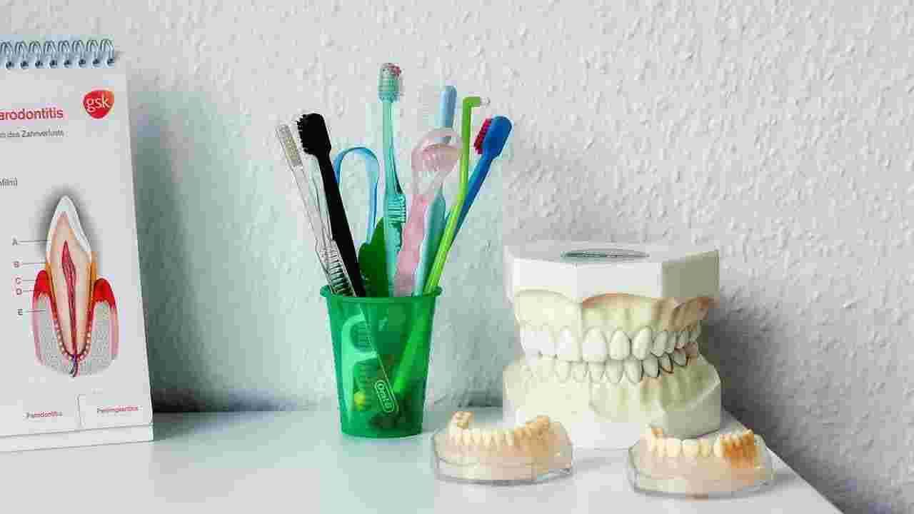 तुमच्या तोंडाला आणि श्वासाला दुर्गंधी येऊ लागेल. ही एक अतिशय किरकोळ समस्या आहे, या व्यतिरिक्त, तुमच्या दातांमधील पट्टिका टार्टरचे रूप घेऊ लागतील. हा एक अतिशय कठीण थर आहे जो आपल्या दातांचा रंग देखील काढून टाकतो. जिथे फक्त डॉक्टरच तुम्हाला ते काढून टाकण्यास मदत करू शकतात. या व्यतिरिक्त, तुमच्या दातांच्या वरच्या भागावरील मुलामा खराब होऊ लागेल. कारण तुमच्या तोंडातील जीवाणूंची संख्या सतत वाढत जाईल.