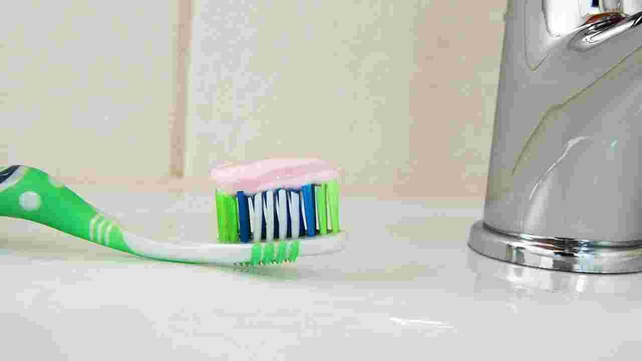 जर तुम्ही महिनाभर ब्रश न केले नाही तर तुमच्या दातांमध्ये पोकळी येऊ लागतील. तुमच्या दातांमधील हे पोकळी कालांतराने गडद होतील. आणि अखेरीस तुमचे दात पू ने भरले जातील आणि कालांतराने तुमच्या दातांची पोकळी आणखी खराब होईल. तोंडात जिंजिव्हायटिसची समस्या सुरू होईल. ज्यामुळे तुमच्या दातांभोवती हिरड्यांमध्ये जळजळ होईल आणि तुम्हाला काहीही खाण्यास खूप त्रास होऊ लागेल. कारण तुमची हिरडी खूप संवेदनशील झाली असेल.